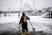В Стамбуле снегопад отменил cотни авиарейсов