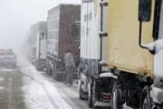 40 фур застряли на дороге из-за метели в центре Казахстана