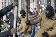 Под Херсоном люди в камуфляже избивают и грабят жителей