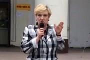 Мужчина в маске вылил ведро нечистот на депутата в Москве