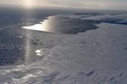 Спасатели на вертолете сняли людей со льдины на Енисее
