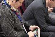 Чиновницу поймали за игрой в карты на конференции