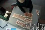 В Иркутске из сапог китаянки изъяли сто тысяч долларов