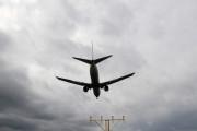 Американский Boeing-757 задымился в воздухе