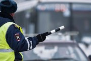 В Новосибирске женщина протащила сотрудника ДПС на капоте автомобиля
