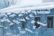 В Турции снежные глыбы обрушились на головы прохожим