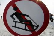 Житель Омска разбился, катаясь на прицепленных к авто санках